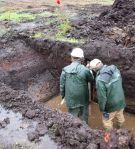REgn og vand fik vi set en del af. Her udtages en jordsøjle til naturvidcenskabelige analyser 25/9 2012