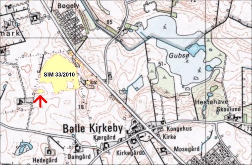 Ovenstående er vores udgravning fremhævet med rød stiplet kantsignatur og gul fyldning. Den røde pil viser hvor det sidste areal vi har undersøgt forefindes.
