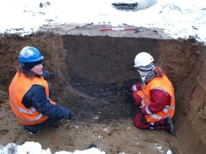 Anne Mette og vores praktikant Julie afrenser en brønd, der lå ved kanten af et fugtigt område.