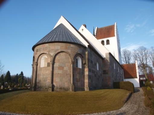 Grønbæk kirke; apsis dekoreret med søjlebårne blændingsarkader.